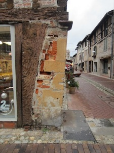 Amazing!  I would happily go to all the effort of returning to Chatillon-sur-Chalaronne to find out the history of this corner.