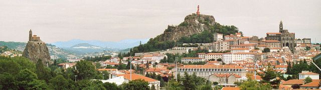 The old town of Le Puy. Image by Patrick Giraud from Wikipedia.