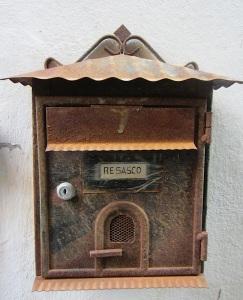 Very cute mailbox.