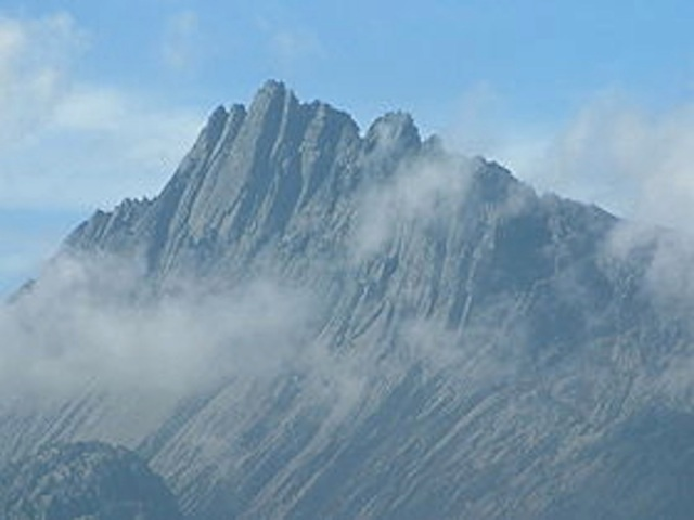 Carstensz Pyramid. Reminds me of the Geryons in the SW Wilderness of Tasmania. Photo by Alfindra Primaldhi via Wikipedia.