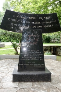 A polished black granite monument dedicated to lost Jewish lives during WW2.