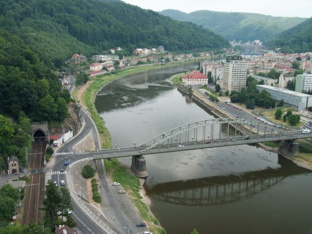 River Elbe and looking down stream. The bike path runs along the edge of the road on the left hand side. Decin town on right. Image by Jitka Erbendua via Wikipedia.