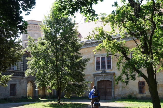 The main entrance to Dolni Belkovice Castle.
