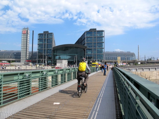 A designated bike/predestrian path, a pleasure to ride on. The glass clad building in the distance is the Berlin Hauptbahnhof (Main Station).