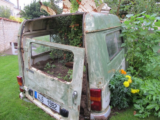 Rear end of a Renault van. Pity some fool opened the back door and let the garden soil out. Lucon.