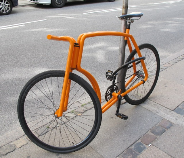 Minimalist bike, only aid to riding is the back-pedal brake. Bike enthusiasts will appreciate the simple lines of this velo.