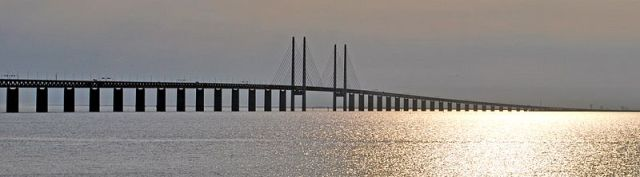 The mutiple cable-stayed Øresund Bridge. Ships in the vicinity of 55 metres high are able to pass under the bridge. Image credit: Photograph by Soferm via Wikipedia.
