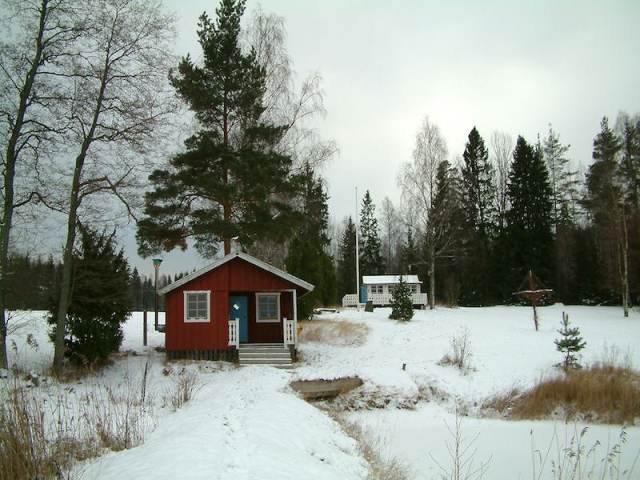 The summerhouse in the winter of 2006. In the 2014 photo the white cottage has been replaced by a new construction.