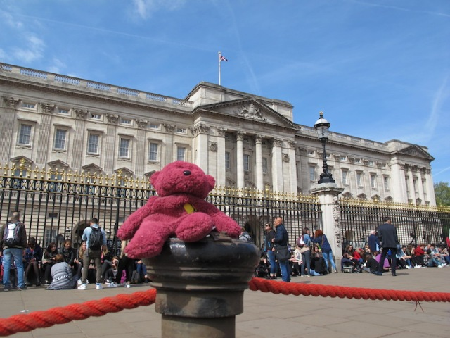 BBear doing the tourist thing, having her photograph taken in front of Buck Palace. The flag flying on top of the palace indicates that Queen Elizabeth is in residence.