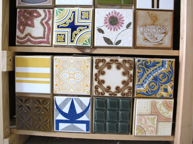 The tiles shown here are actually glued to the end of a box containing more of the same design.