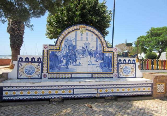 A very impressive tile seat along the boulevard.