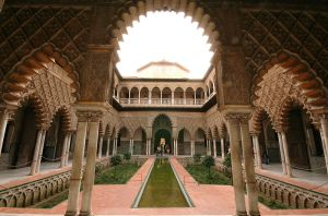 Mudejar style courtyard inside the AIcazar. Image credit: File uploaded to Wikipedia by Bot (Magnus Manske).