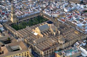 Aerial view of the Mezquita-Catedral. To fully appreciate the size and grandeur of the cathedral one needs to get a bird's eye view. Image credit: Toni Hameryko. Uploaded to Wikipedia by Hameryko.
