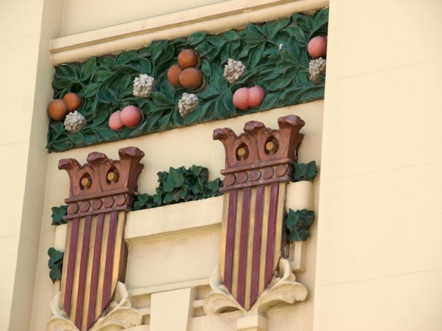 An Art Nouveau version of the Catalonian coat of arms with Valencia oranges overhead.