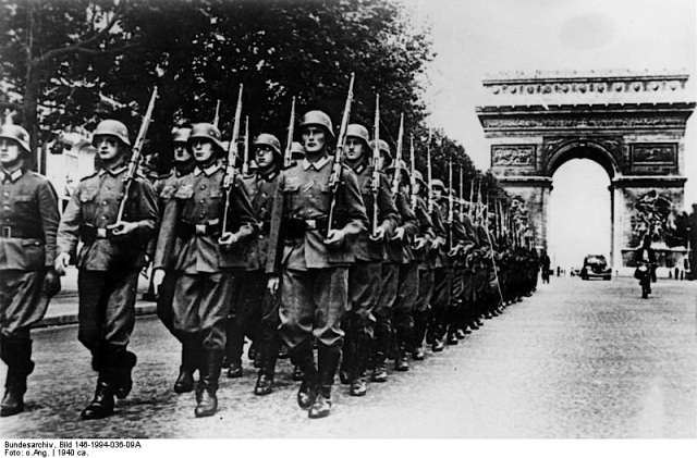 The Champs Elysees and the Arc de Triomphe 1940. German soldiers on parade. Image credit: Deutches Bundesarchiv (German Federal Archive) via Wikipedia.