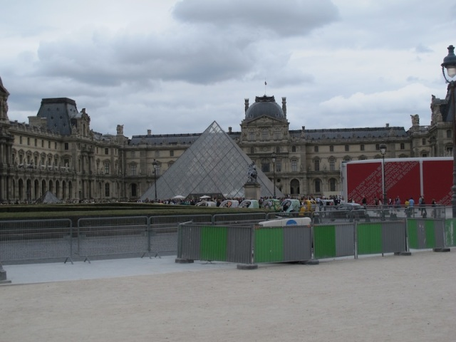 Barriers to control crowds at the Louvre Museum precinct have spoilt the aesthetics of this famous landmark.
