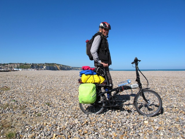 The shingle beach in Dieppe, an impossible terrain to move over with a bike.