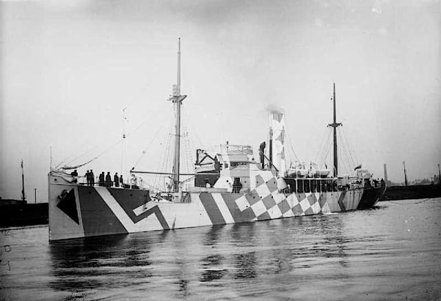 The Flower-class Q-ship HMS Polyanthus, a sister ship of HMS President in dazzle camouflage. Image credit: Imperial War Museum via Wikipedia.
