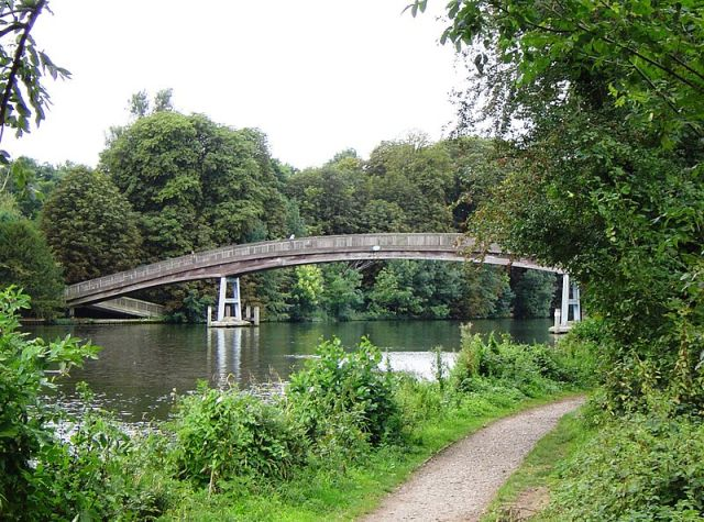 Temple Footbridge, River Thames, Hurley. The bridge is part of the Thames Path. Image credit: Motmitt via Wikipedia.