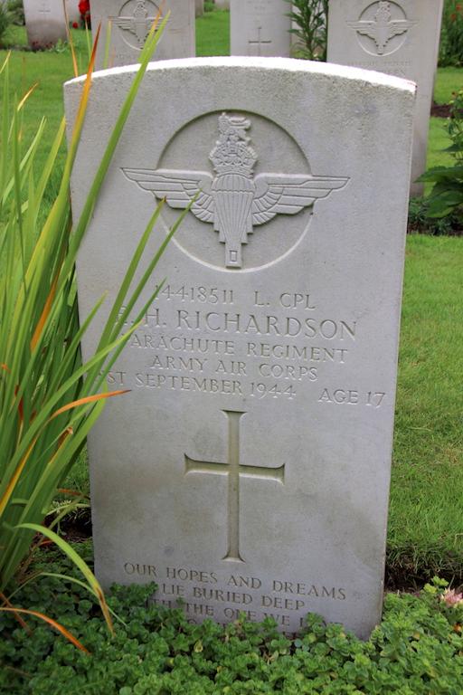 33 Headstone Arnhem War Cemetery